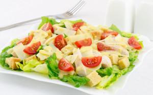 Классический салат «Цезарь» с помидорами