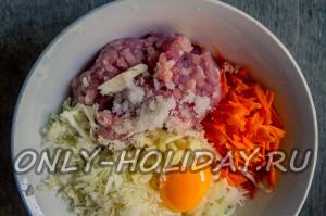 Добавить яйцо, соль и специи