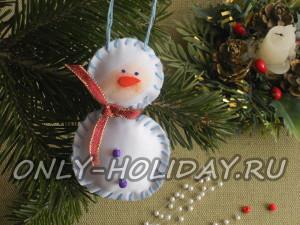 Симпатичный снеговик из ткани на елочку