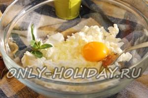 Добавить яйцо к творогу