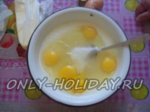 Добавить яйца и соль