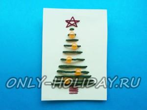 Простая новогодняя открытка «Елочка», украшенная нитками
