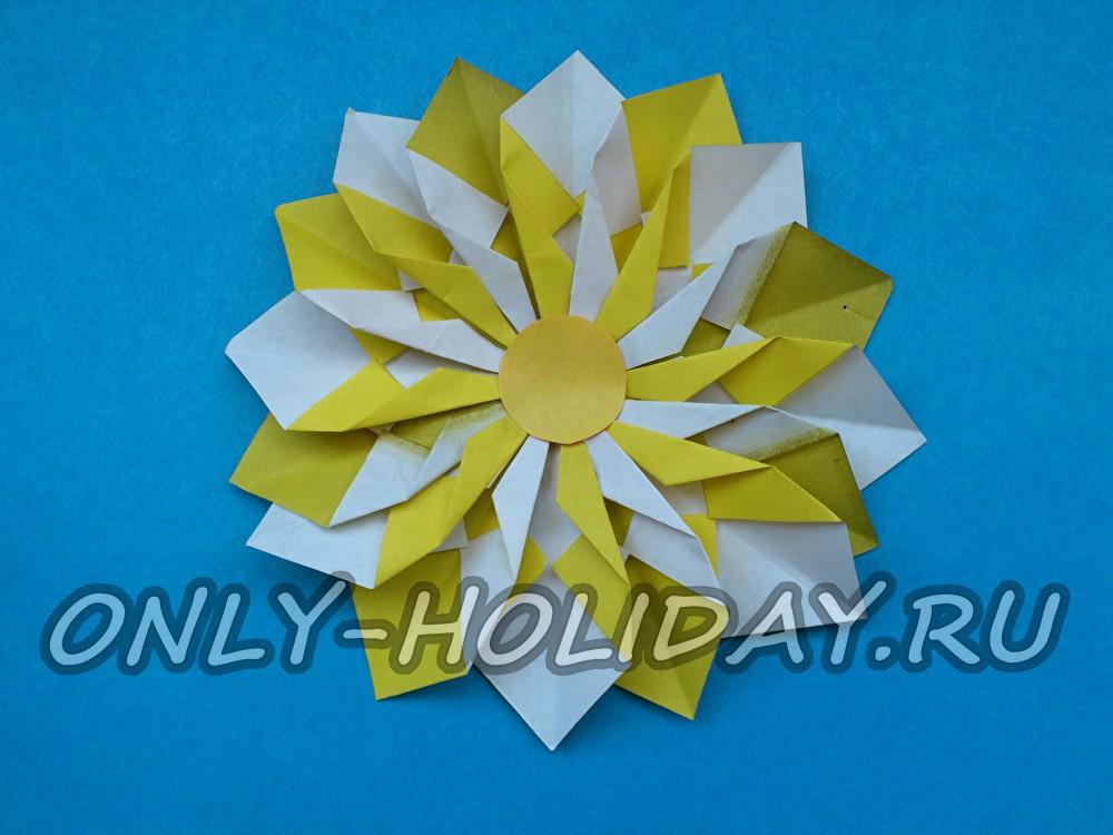 Объемная снежинка из цветной бумаги на Новый год
