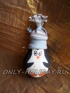 Пингвин из лампочки - поделка на елку своими руками