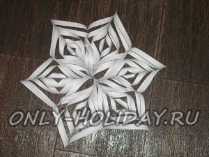 Ажурная объемная снежинка из бумаги