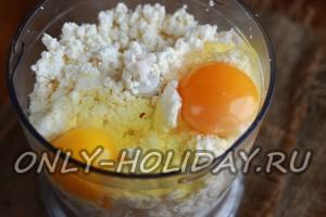 Добавить яйца в творог