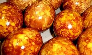 Мраморные яйца в луковой шелухе