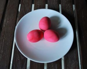 Яйца на Пасху, крашенные свеклой