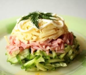 салат с огурцами и ветчиной