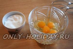Отделим белки от желтков для бисквитного коржа