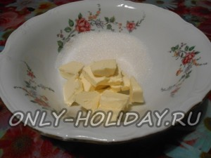 Начинаем приготовление теста с растирания слив. масла с сахаром-песком.