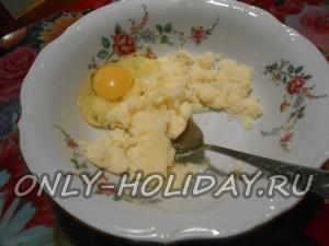 После чего вливаем одно куриное яйцо. Взбиваем тщательно. Добавляем соду, цедру апельсина и ваниль.