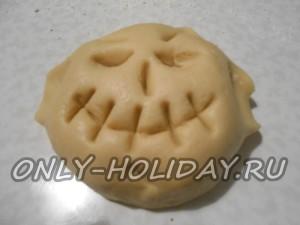 Крошкообразное тесто замешиваем руками, пока оно не превратится в эластичный, упругий шар.
