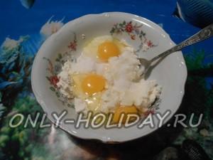Творог разминаем тщательно, соединяем с яйцами и сахарным песком, вымешиваем до однородного состояния.