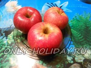 После чего тщательно промываем яблоки.