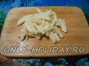 У яблок срезаем тонкий слой кожуры, удаляем аккуратно сердцевину и нарезаем равномерно соломкой.
