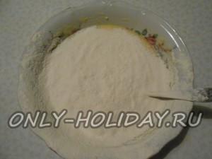 Добавить ваниль, соду с уксусом и просеянную муку