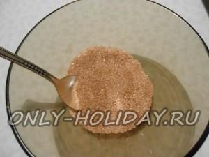 В пиале смешать корицу с сахарным песком.