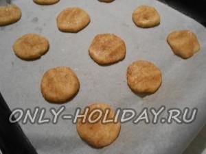 Сделать шарики из теста (небольшие), которые обвалять в смеси из корицы и белого сахарного песка.