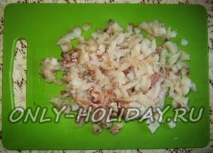 Нарежьте мелко филе рыбы.