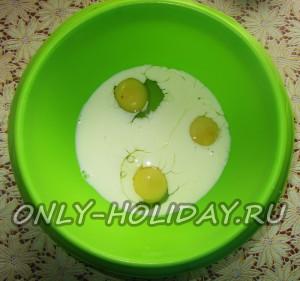 Добавляем к яйцам 1 стакан молока, соль и сахар