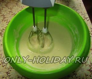 Добавляем просеянную всю муку и вымешиваем тесто для блинов с творогом