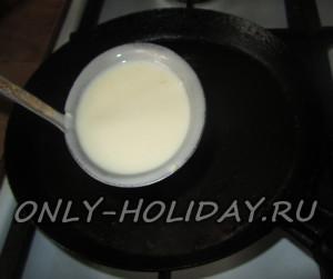 Набираем неполную поварешку теста, наливаем на сковороду и  распределяем тесто тонким слоем