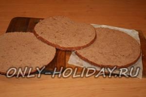 Готовый бисквит разрезаем на три части