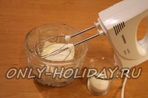 Для крема размягченное сливочное масло взбиваем вместе с сахарным песком.