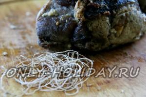 Аккуратно снимаем нитку с буженины из свинины