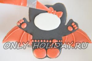 Прорисовать глазурью мелкие детали на печенье к Хэллоуину