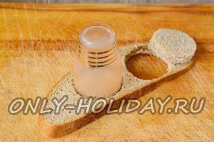 Металлической круглой формой или стопкой вырезаем из хлеба кружочки