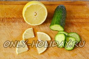 лимон нарезать ломтиками, огурец кружочками