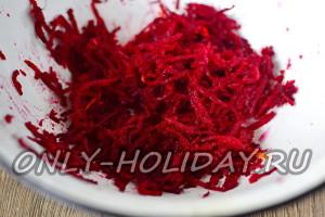 Свеклу тонко шинкуем ножом или специальным приспособлением для нарезания корейской моркови.