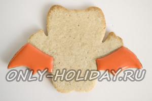 Оранжевой глазурью закрасить крылья печенья