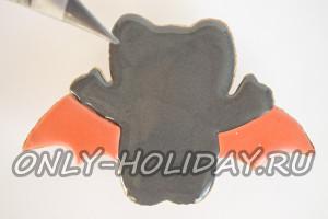 Серой глазурью закрасить основу печенья на Хэллоуин
