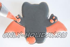 Оранжевой глазурью закрашиваем подушечки лап Китти-вампира