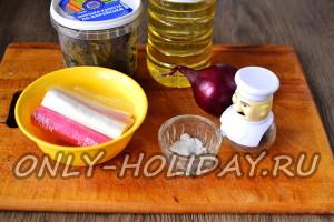 Ингредиенты для салата с морской капустой и крабовыми палочками