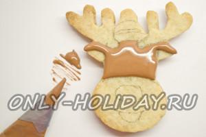 Закрашиваем печенье коричневой глазурью
