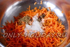 Добавить к моркови все специи