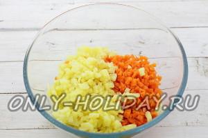 Мелко нарежьте картошку и морковь, добавьте к курице