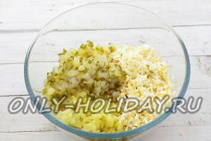 Яйца и огурцы нарежьте и добавьте в салатную миску