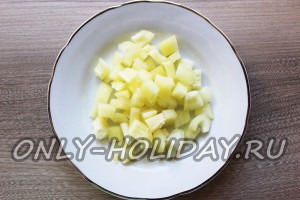 Перец для шопского салата нарезать кубиками