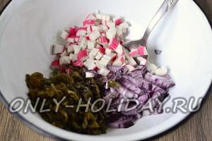 Соединить капусту, крабовые палочки и лук