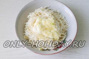 Смешать тертый сыр с чесноком и майонезом
