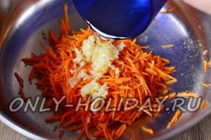 Нагреть масло и вылить на чеснок и морковку