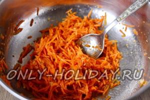 Морковь и чеснок перемешать и оставить на несколько часов