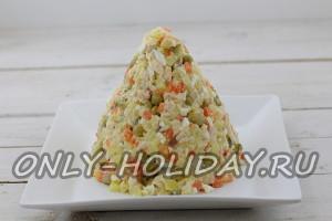 Выложите салатную массу в виде конуса