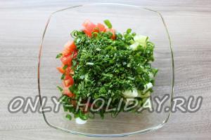 Овощи для шопского салата соединить и добавить мелконарезанную зелень