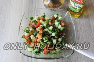 Заправить салат уксусом и оливковым маслом
